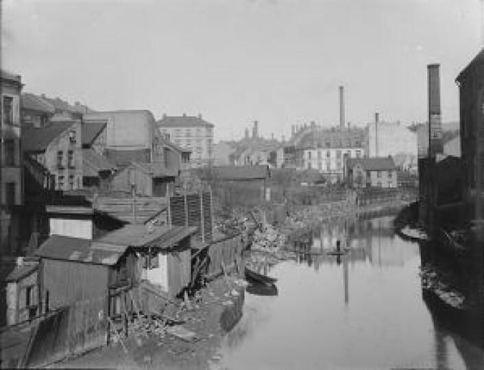 Akerselva fra Hausmanns bro oppover Christian Kroghs gate (t.v.), på 1890-tallet. Foto: Marthinius Skøien / Nasjonalbiblioteket, Offentlig eiendom