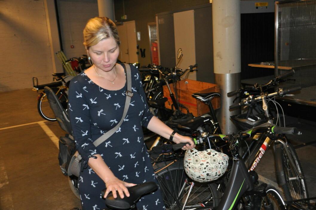 � Vi gir ikke opp og kommer til å fortsette å jobbe for at Oslo skal få trygg sykkelparkering også for andre enn politikerne i rådhuset, sier Venstres Guri Melby mens hun viser frem sin el-sykkel i rådhusets kjeller. Foto: Arnsten Linstad