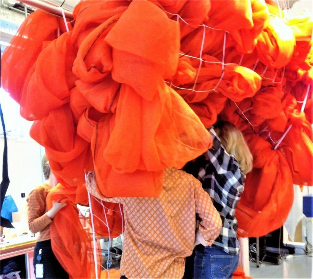 Kunstverket Soft Spot markerer Norske tekstilkunstneres 40-års-jubileum med en solid dæsj oransje på Flytogterminalens utvendige fasade på Oslo S. Foto: Kulturetaten