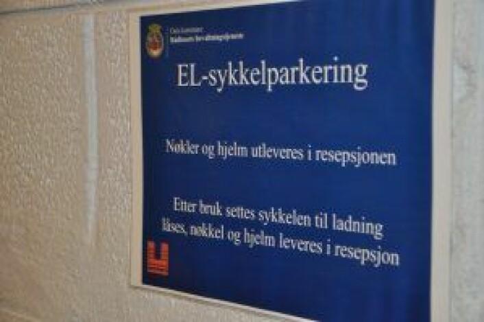 Rådhuset har ikke bare trygg sykkel-parkering. Ansatte og politikere kan også gratis låne el-sykler fra rådhusets sykkelgarasje. Foto: Arnsten Linstad