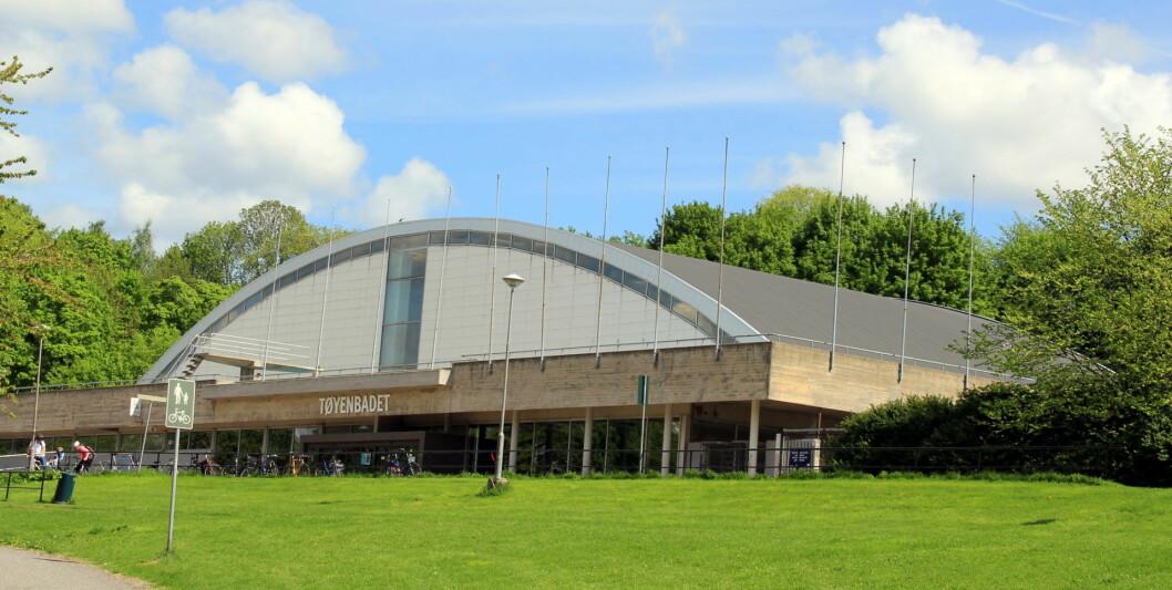 Dagens Tøyenbadet i 2013. En gang i fremtiden skal et splitter nytt badeanlegg stå klart her. Spaden kan settes i jorden i 2019. Foto: Chell Hill, via Wikimedia Commons
