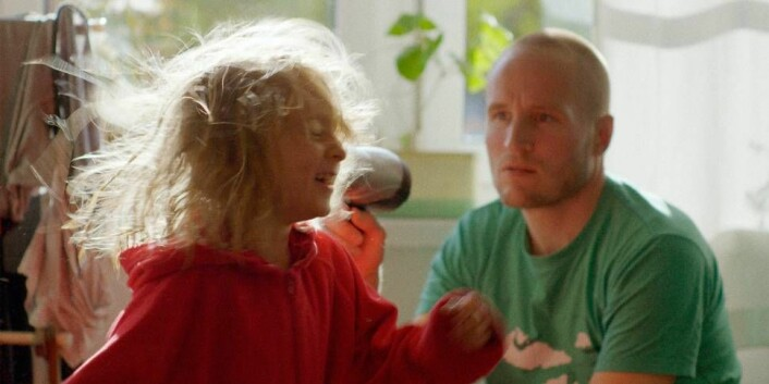 """Ole Giæver og datteren i """"Fra balkongen"""". Foto: Filmweb.no"""