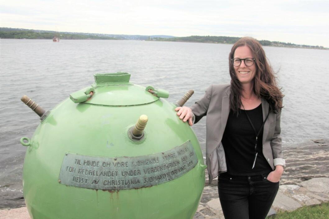Elisabeth S. Koren, førstekonservator ved Norsk Maritimt Museum, har karlagt minnesmerkene etter første verdenskrig – blant annet disse minebøssene. Foto: Hans Magnus Borge