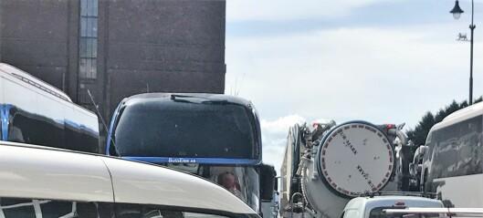 Turistbusser skaper kaos foran rådhuset etter Bilfritt byliv-tiltak, ifølge Høyre