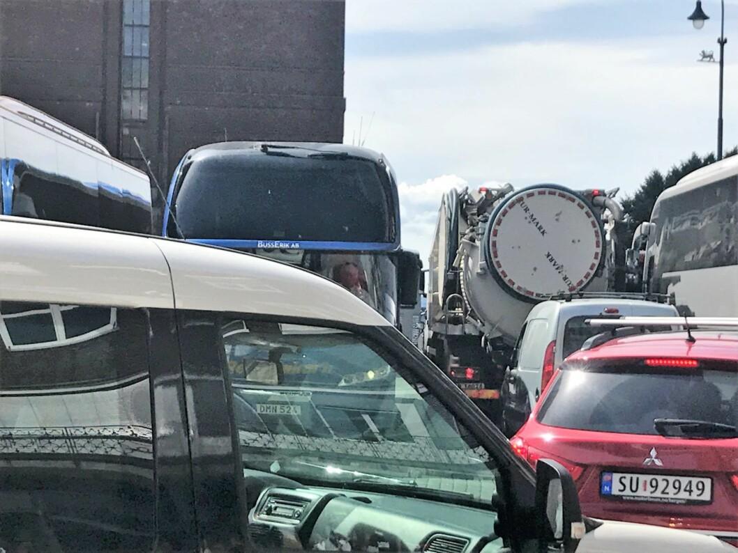 Når turistbussene inntar arenaen på Fridtjof Nansens plass blir det trangt om plassen. Foto: Privat
