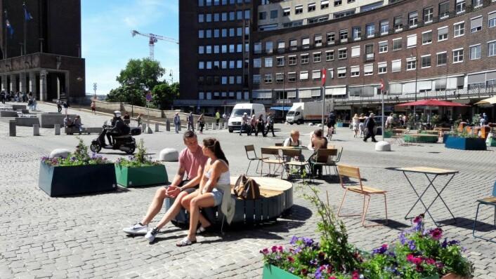 Fridtjof Nansens plass uten turistbusser, men med mennesker. Foto: Anders Høilund