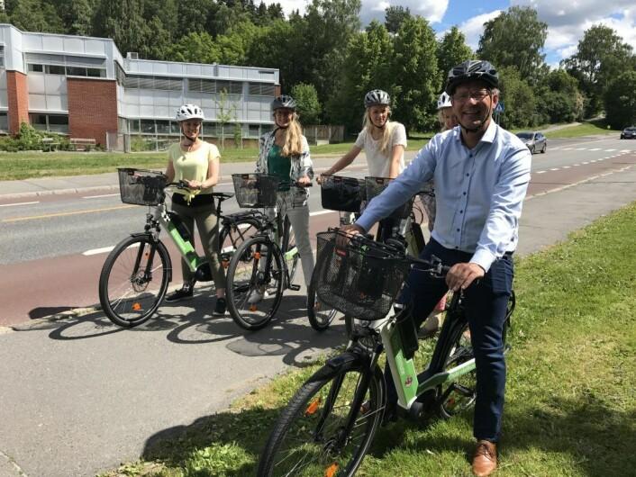 Robert på sykkeltur med ansatte i bydel Østensjø. Foto: Anne-Line Aaslund/Oslo kommune