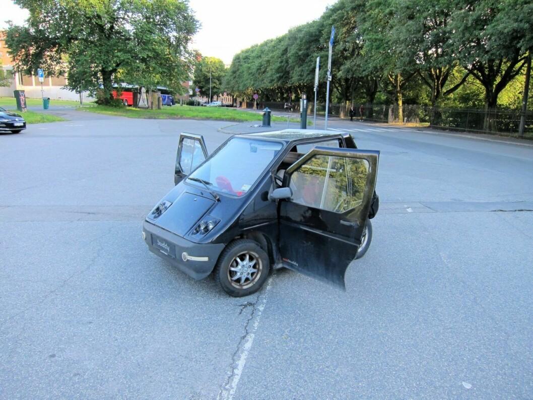 Slik ble bilen forlatt etter en strabasiøs ferd oppover Tøyengata. Foto: Susanne Skaug