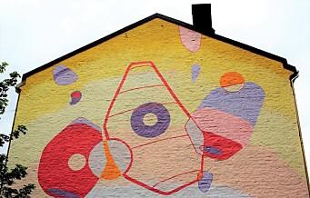 Abstrakt og oppløftende veggkunst på Enerhaugen