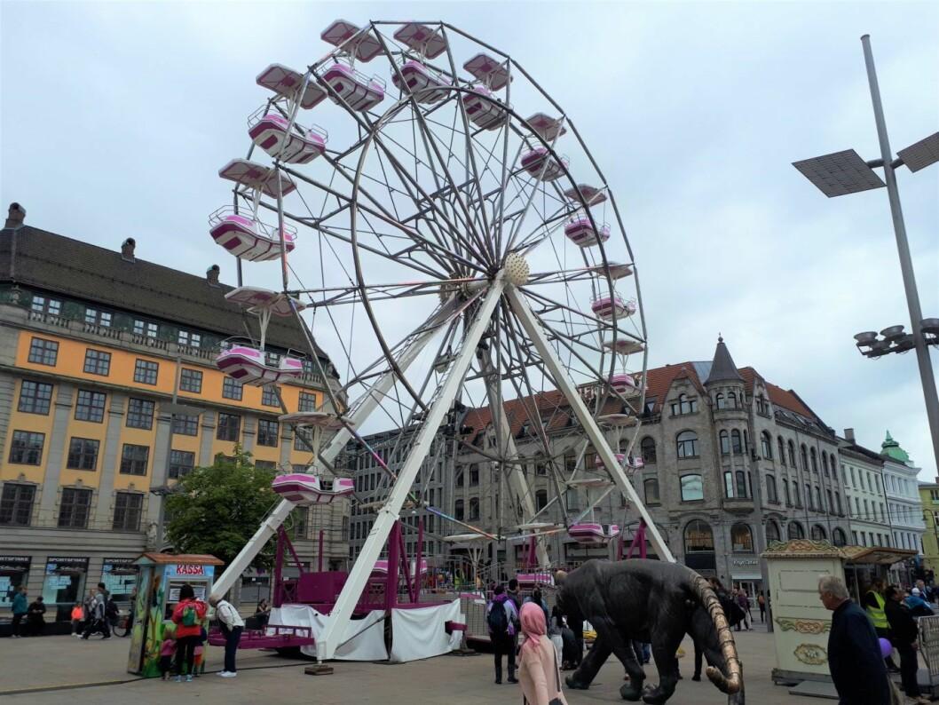 Pariserhjulet på Jernbanetorget blir stående fram til 6. august. Foto: Christian Boger