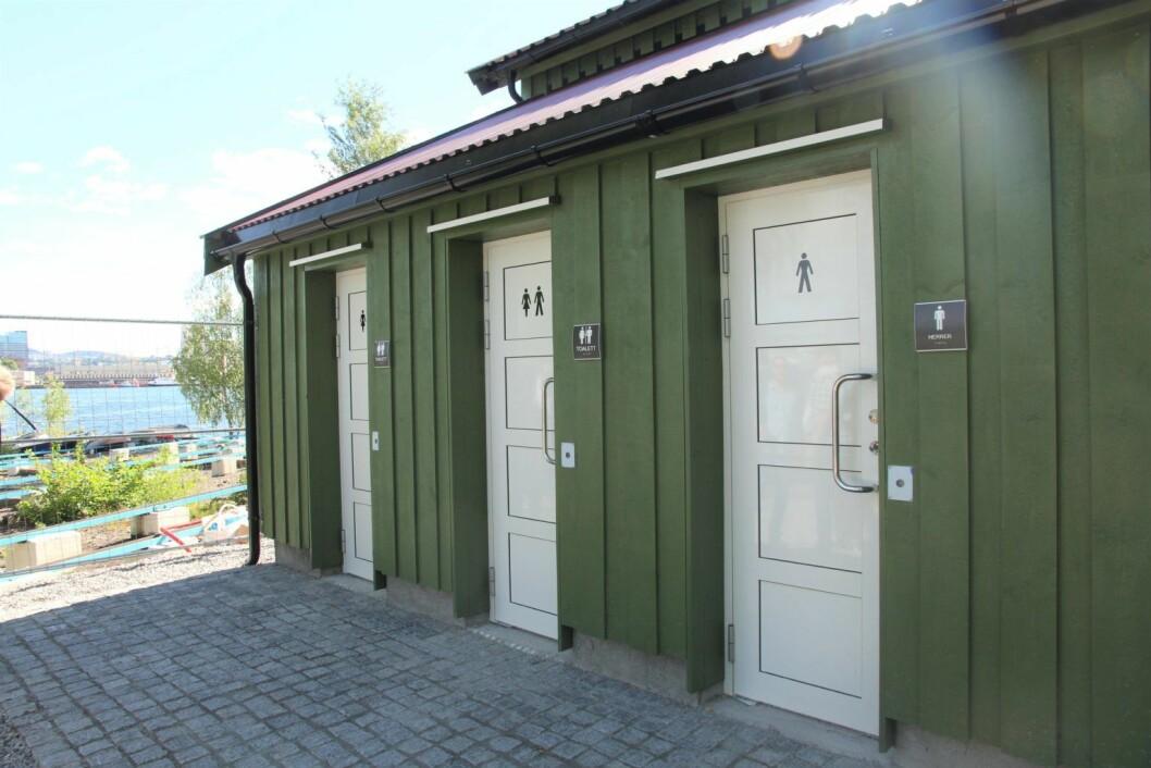 Tirsdag åpnet tre splitter nye offentlige toaletter ved ferjekaia på Hovedøya. Foto: Hilde Gunn Øye / Eiendoms- og byfornyelsesetaten
