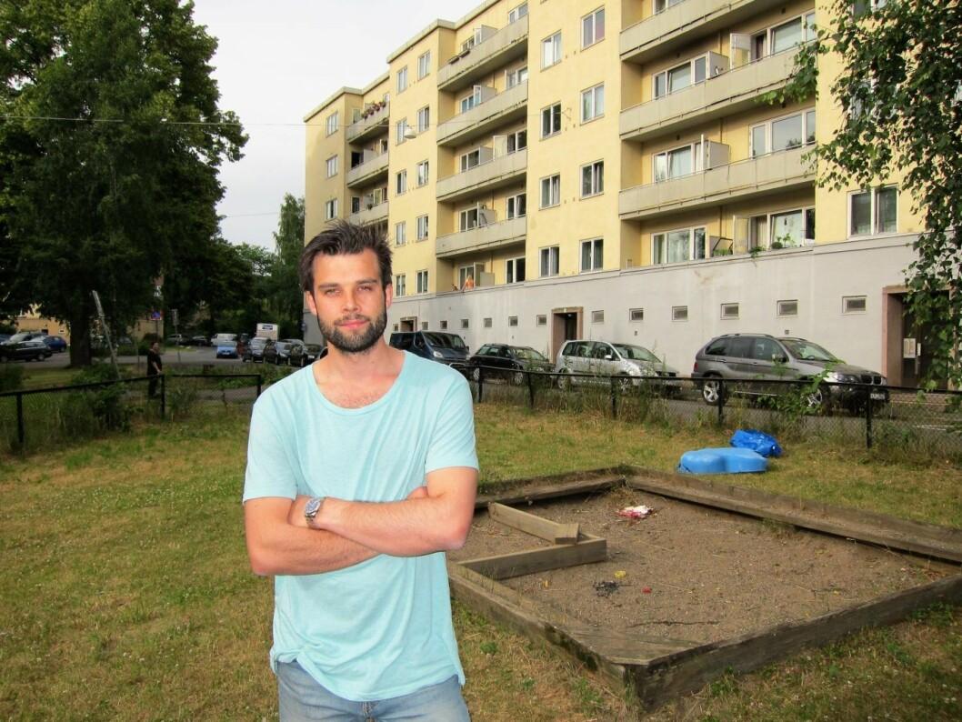 Beboer Endre Midtstigen ønsker et bedre oppvekstmiljø for barna i Rødstuveien og ber kommunen om hjelp. Foto: Susanne Skaug