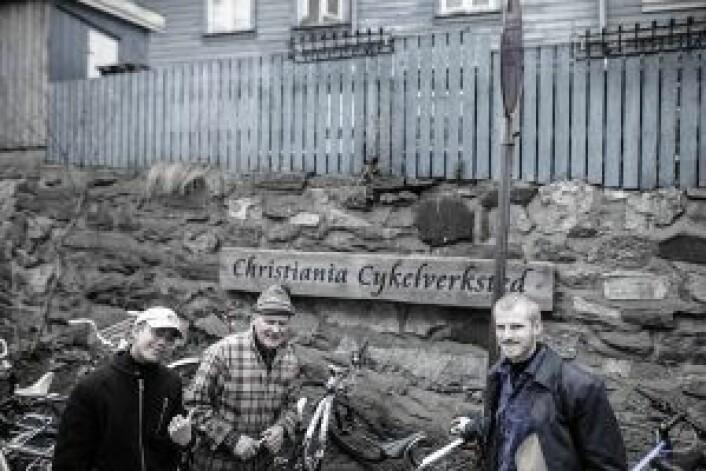 Jan Erik Gustavsen (i midten) trives med arbeidet og planlegger ikke å legge ned med det første. Foto: Robin Sandvid