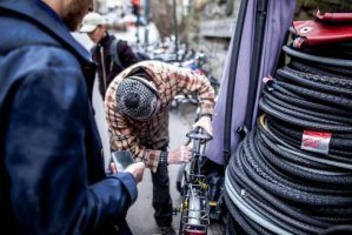En kunde får fikset et sykkelsete av sykkelveteranen. Foto: Robin Sandvid