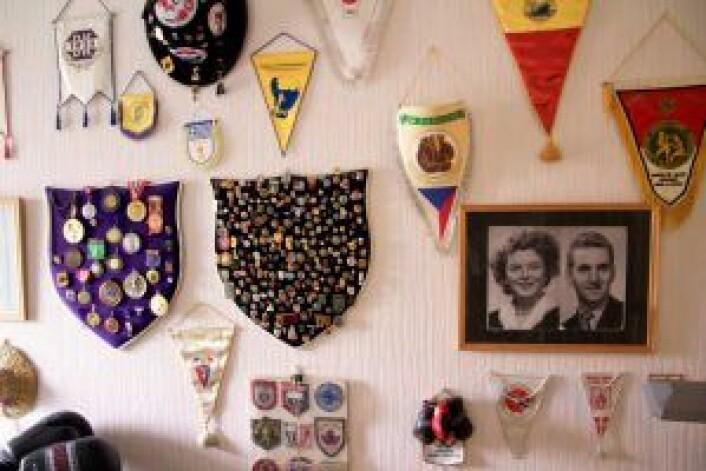 Trofeveggen hjemme på Manglerud. I kjernen henger bildet av hans kone Inger og seg selv. Foto: Ragna Kristine Sandholt