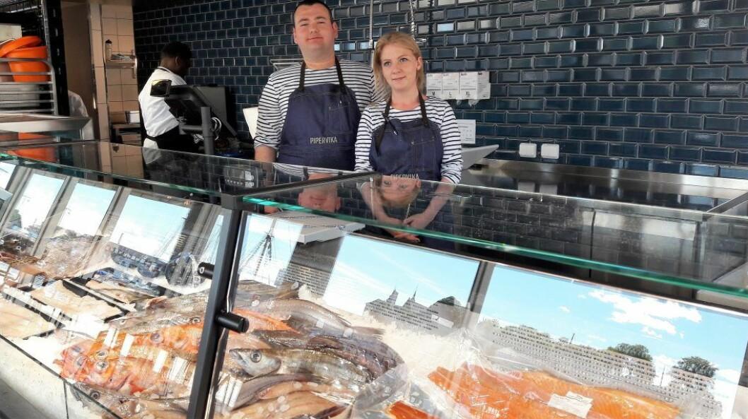 Abdulla Okatan og Christine Nyborg presenterer fiskedisken hos Pipervika seafood. Foto: Anders Høilund