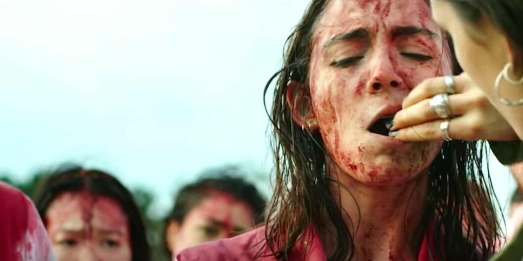 Garance Marillier, med sitt superfransk utseende, spiller med utstråling og dybde. Her under ritualet hvor hun nærmest blir tvunget til å spise rå harelever. Foto: Skjermdump/Filmweb.no