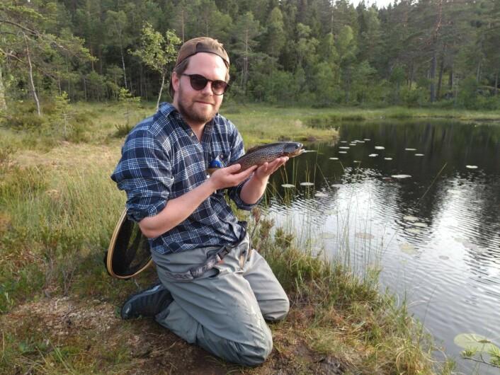Petter Danielsen, kompisen til Bård, hadde fiskelykken med seg. Foto: Bård Hammer