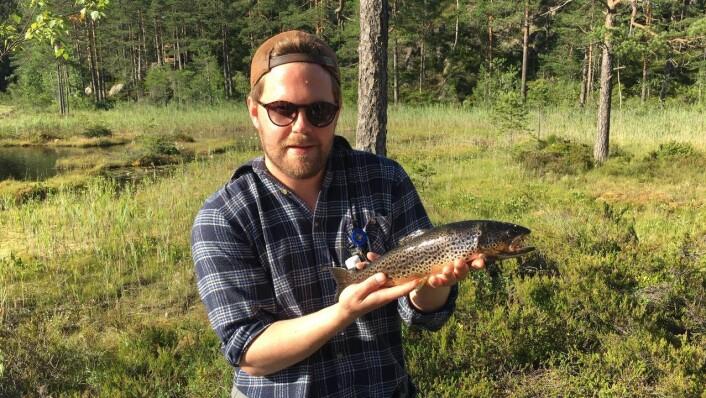 Petter fikk en fisk på 700 gram. Foto: Bård Hammer