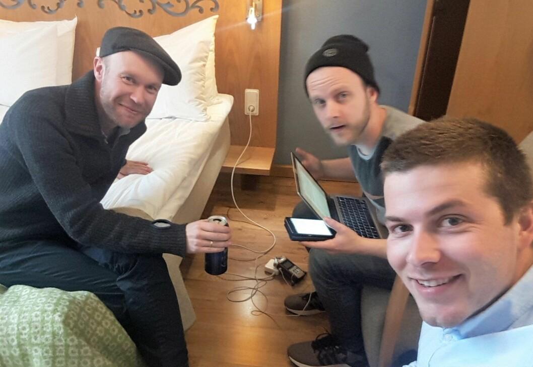 På sengekanten med musiker og fluefiskerentusiast Håvard Stubø (t.v.) Mickelsen i midten og Holter til høyre på bildet. Foto: Tobias Holter