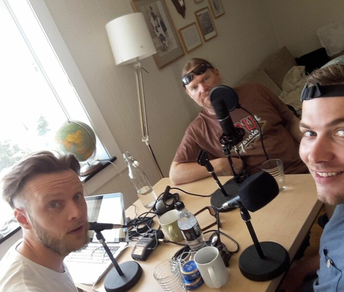 "Podcasten med musiker og skribent Cato Bekkevold (i midten) er til nå ""Fisk og preik"" sin mest populære podcast. Her fra hjemmestudioet på Valle-Hovin. Foto: Tobias Holter"