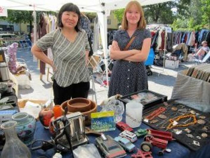 Li Zhang fra Hasle, har solgt antikviteter og klær på Vestkanttorvet i tre år. Denne lørdagen fikk hun hjelp av sin datter, Frida Kvernmo, som ellers studerer på NTNU i Trondheim. Foto: Susanne Skaug
