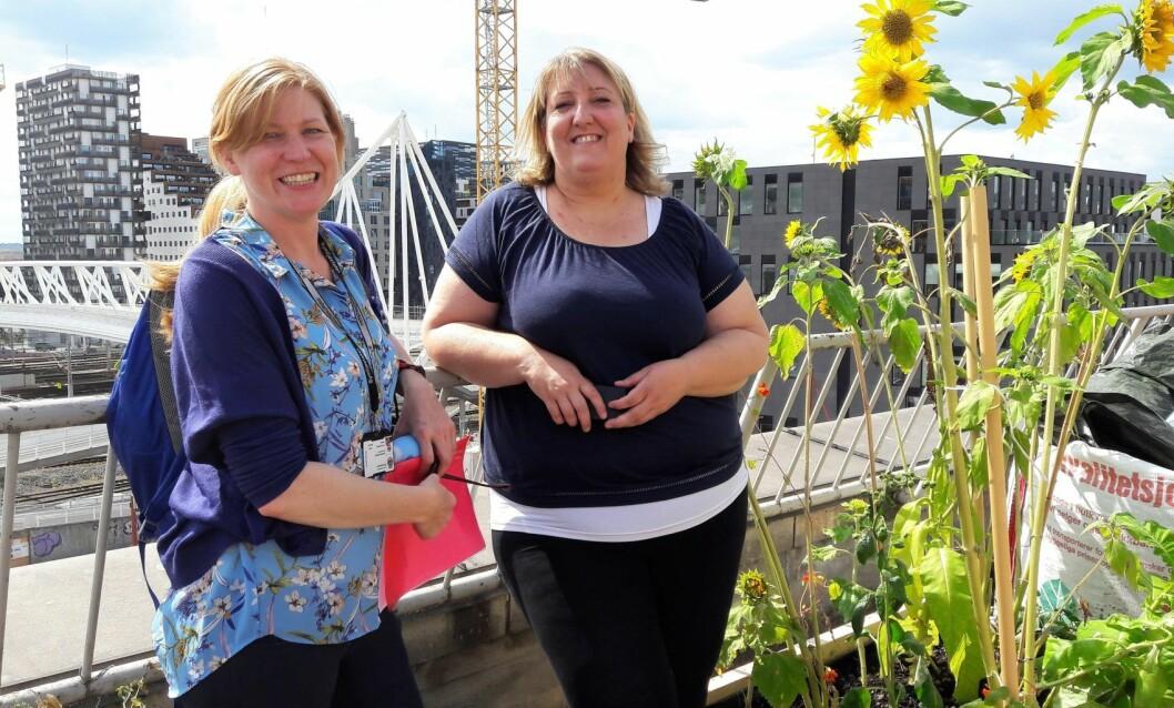 Bymiljøetatens Cecilie Hirsch (t.v.) og Nabolagshagers Helene Gallis gleder seg til å se pilotprosjektet Tak for maten gro. Foto: Anders Høilund