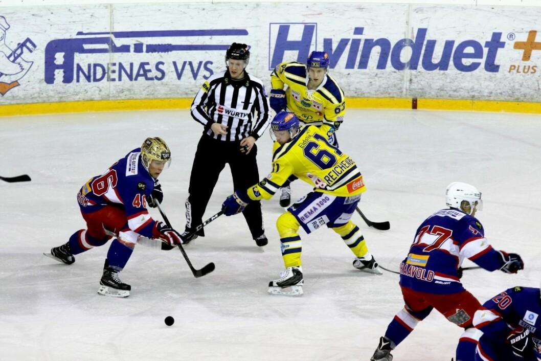 VIF hockeys første seriekamp blir mot Storhamar den 8. september. Her mot Storhamar i fjor. Foto: Atle Enersen