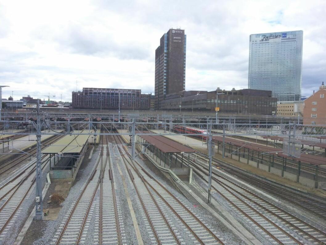 Oslo S vil være helt stengt for togtrafikk lørdag og søndag. Foto: Wikimedia Commons