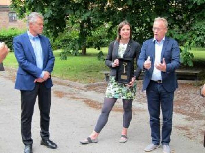 Representant fra Forsvarsbygg, byråd Hanna Marcussen og byrådsleder Raymond Johansen. Foto: Susanne Skaug/VårtOslo