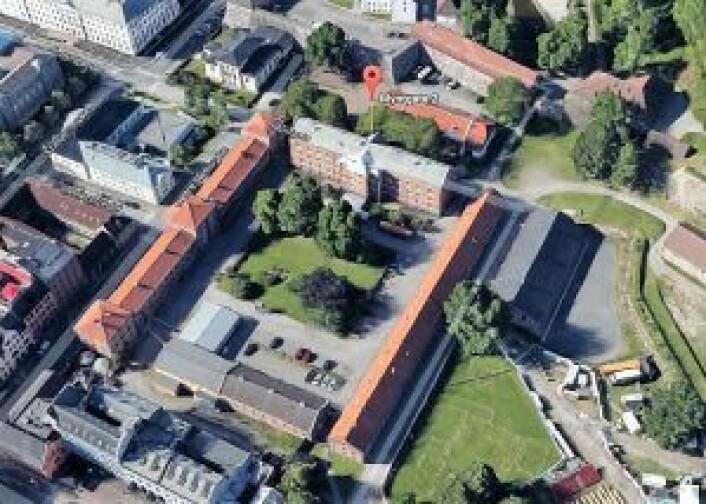 """Myntgata-kvartalet. Kommunen har kjøpt alle byggene som danner firkanten. Det største bygget, kalt Kavalerikasernen vurderes brukt som videregående skole. I enden ligger den gule """"tyskerbrakka"""" som ikke er vernet og skal rives. Foto: Google maps"""