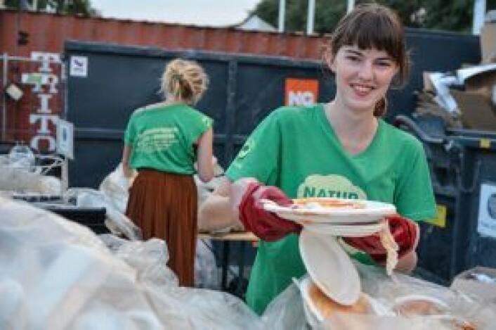 I fjor satte Øyafestivalen egen gjenvinningsrekord. Takket være frivillige fra Natur og Ungdom ble hele 72% av avfallet fra festivalen kildesortert og brukt til å lage nye ting, i steden for at avfallet ble brent. Foto: Amanda Iversen Orlich