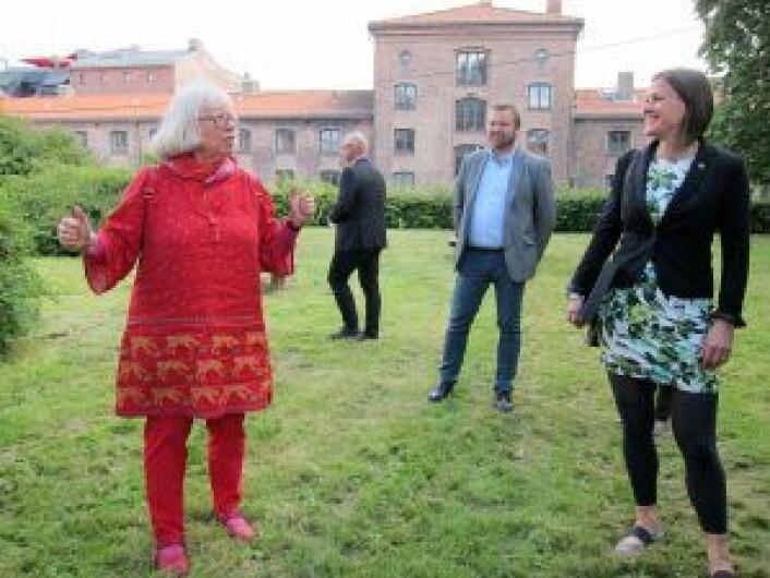 Byantikvar Janne Wilberg forteller historien bak Myntgata-kvartalet, som ble bygget på slutten av 1800-tallet. Foto: Susanne Skaug/VårtOslo