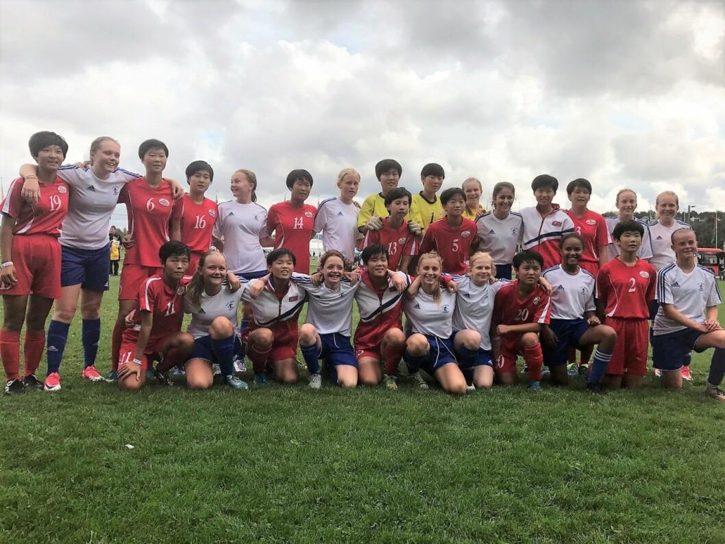 Caltexløkka utvides. Her er Lille Tøyens jenter 14-lag sammen med Nord Koreas jentelag fra Pyongyang International Fotball School på Norway Cup i sommer. Foto: Privat