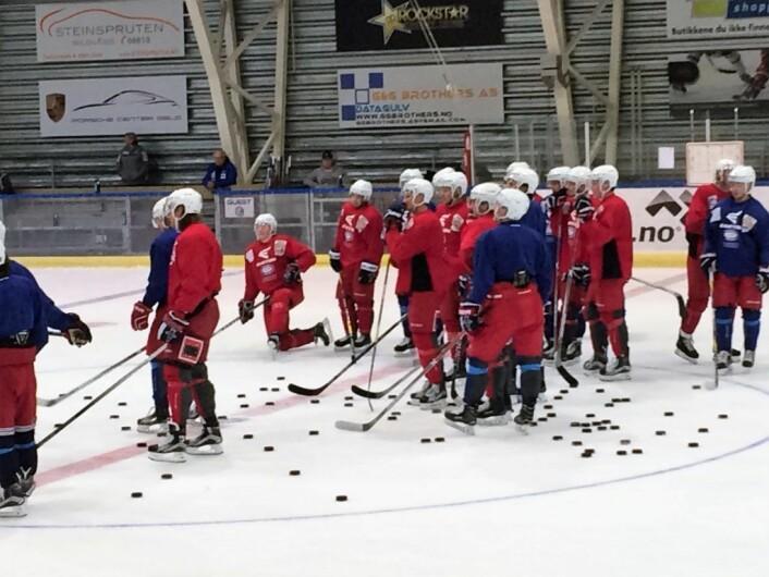 Første istrening for VIF hockey ble innledet med strippestraffer i Ungdomshallen på Jordal. Foto: Edvin August Velle