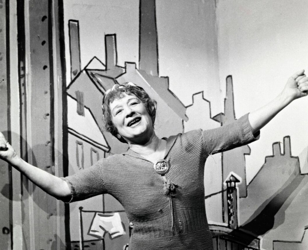 Lalla Carlsen synger «E' hel ei, e' halv ei» av Arne Svendsen i vårrevyen Kjør Storgata! på Chat Noir i 1955. Foto: Sturlason / Nasjonalbiblioteket
