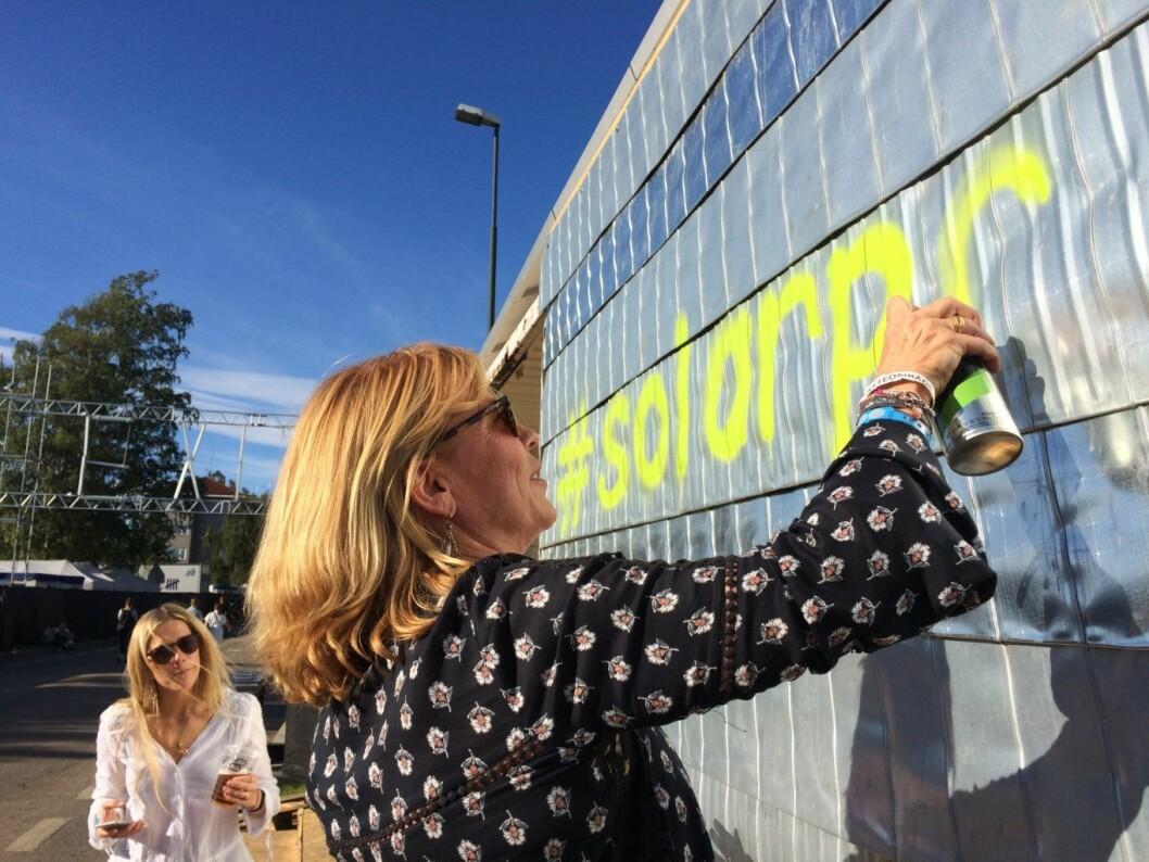 Rådgivere fra Hjellnes Consult gir nytt liv til gammel container på Øyafestivalen – og en passende hashtag: #solarpod. Foto: Øyafestivalen