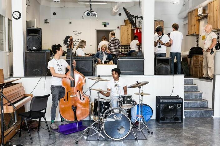 Lokalet i Oslo fengsel var lite, og musikerne kom tatt på publikum. Her gjør Shakeel Cullis og Tefo Mahola i INIT fra Cape Town seg klare. Foto: Stine Raastad