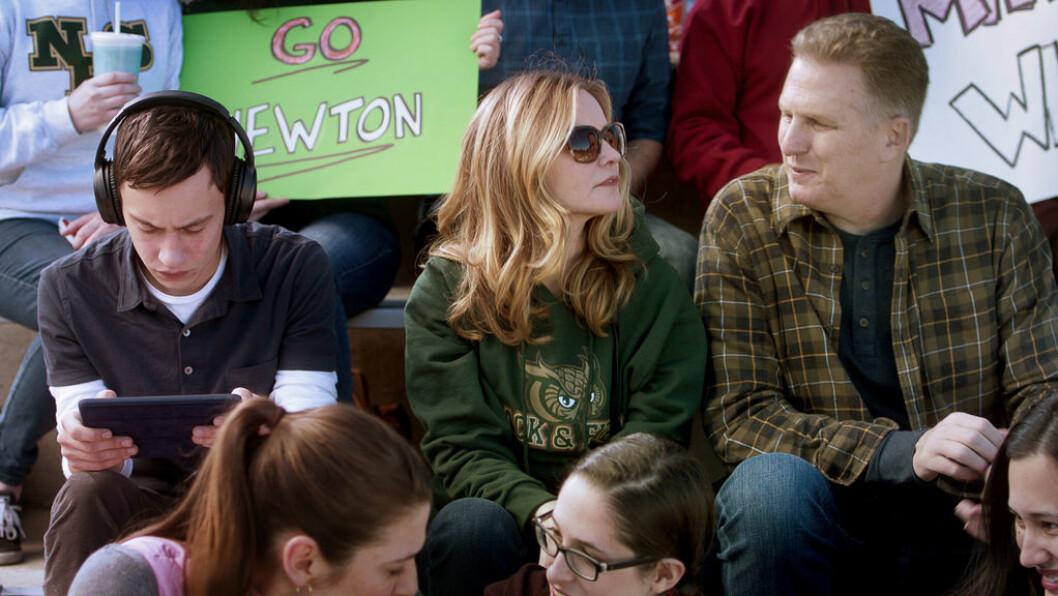 Sam (Keir Gilchrist) og foreldrene (Jennifer Jason Leigh og Michael Rapaport) i serien Atypical.
