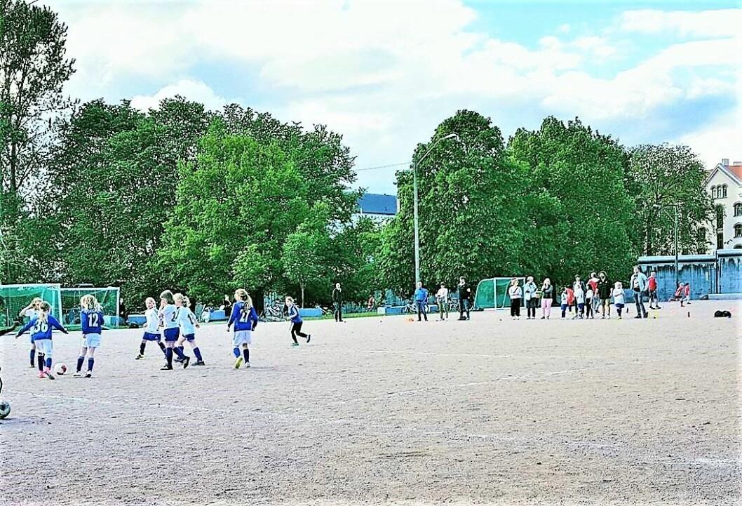 Grusbanen på Klosterenga som kommunen vil gjøre om til kunstgressbane, stort sett forbeholdt Sportsklubben Sterling. Foto: Klosterengas Venner