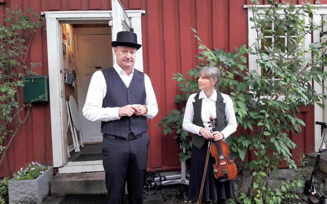Før vi går inn til teaterforestillingen forteller Jørn Morstad og Hege Rimestad om klorutslippet i 2011. Foto: Ander Høilund