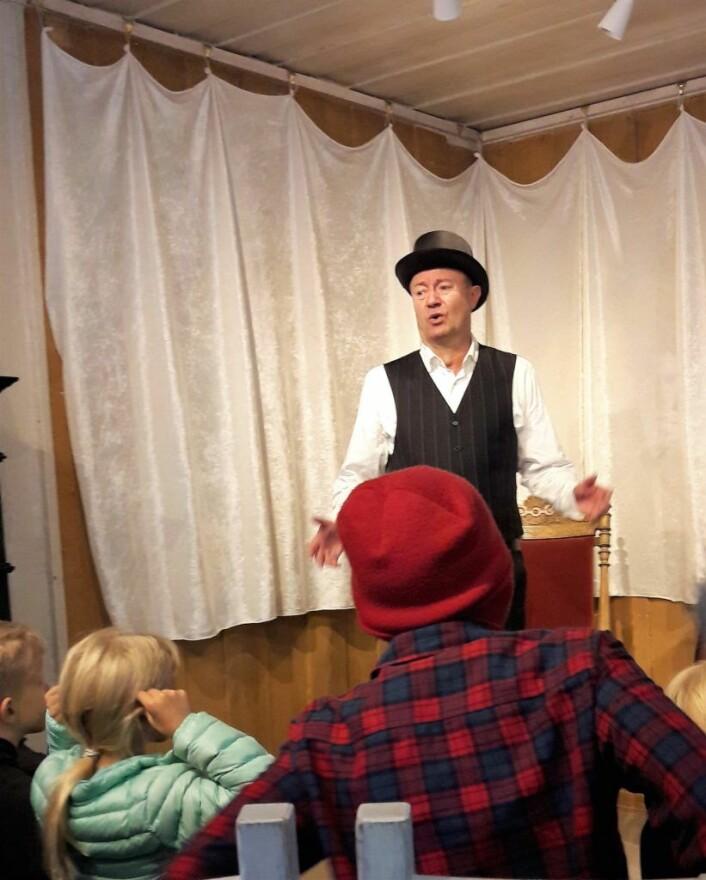 Jørn Morstad var stemmen til alle rollene fra fossekallen til dragen. Foto: Anders Høilund