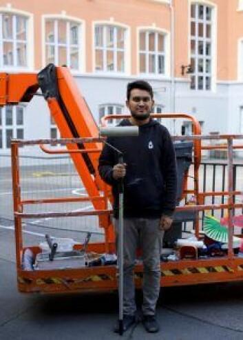Kunstneren Rustam QBic rett etter at han er ferdig med veggmaleri på Tøyen skole. Foto: Merethe Ruud