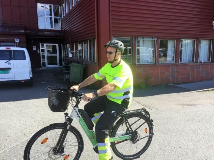 Fagarbeider Terje Gåserud, i vann og avløpsetaten, tester ut den nye sykkelen. Foto: Vegard Velle