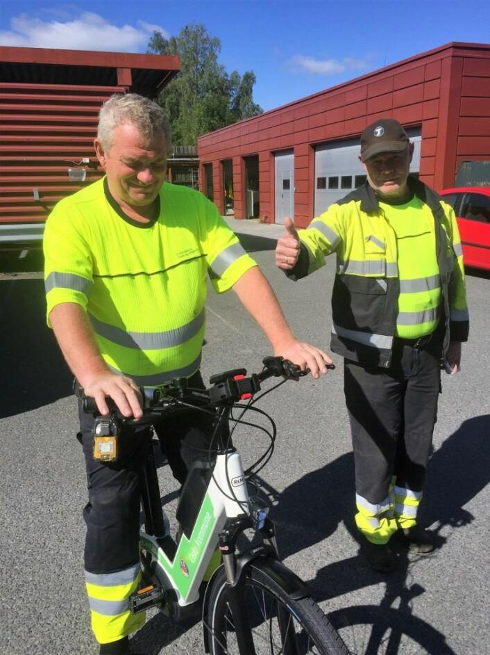 Jan Tore Bottolfs på sykkel, flankert av Terje Carlsen. Begge kjører til vanlig suge- og spylebil. Foto: Vegard Velle