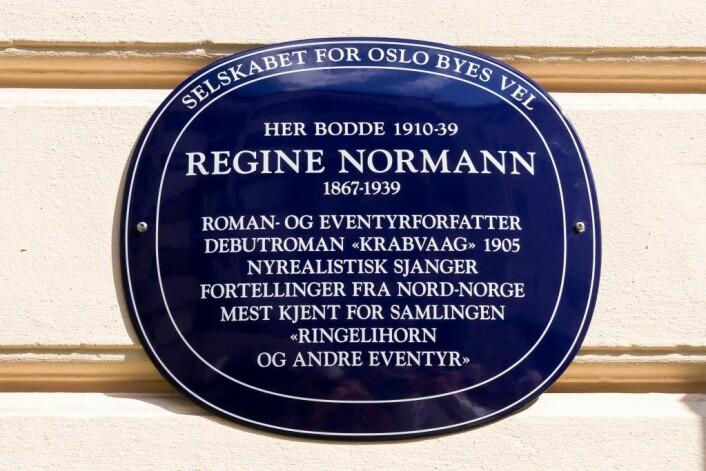 Dette skiltet står nå ved Stensgata 3 og skal hedre Regine Normann, som bodde her i tyve år. Foto: Kristijan Velkovskij