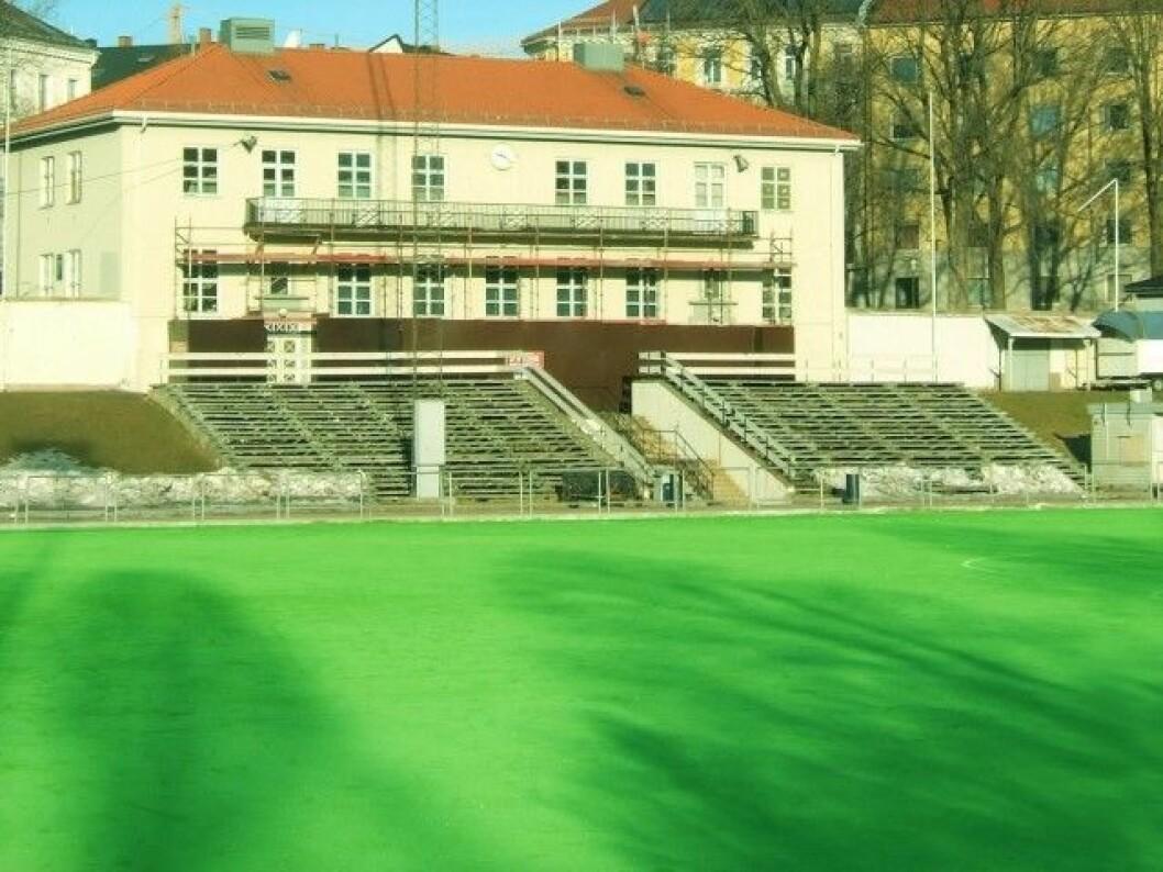 Byrådet kan bli nødt til å rive klubbhuset på Dælenga for å få plass til en ny flerbrukshall. Foto: Wikimedia Commons