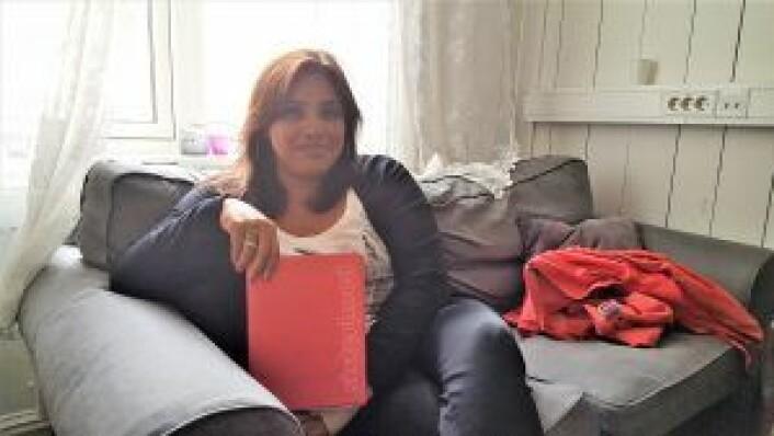 Isabel viser frem Sisterhoods metodebok, som er etterspurt av bydeler og kommuner.