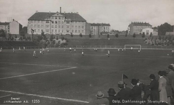 En fotballkamp spilles på Dælenenga på 20-tallet. Foto: Nasjonalbiblioteket