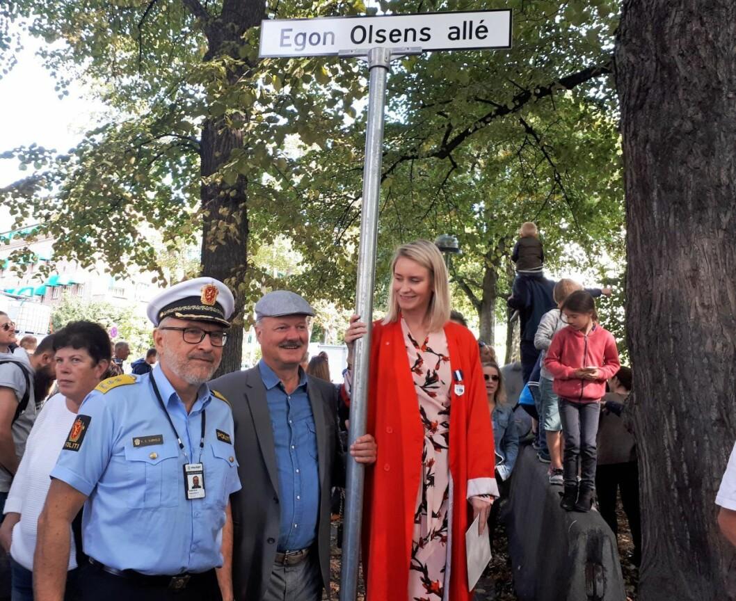 Politimester Hans Sverre Sjøvold, mannen bak navneforslaget Petter N. Myhre, og leder for bydelsutvalget i gamle Oslo Line Oma avduket Egon Olsens allé lørdag. Foto: Christian Boger
